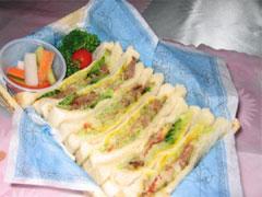 薄切り焼肉のサンドイッチの画像